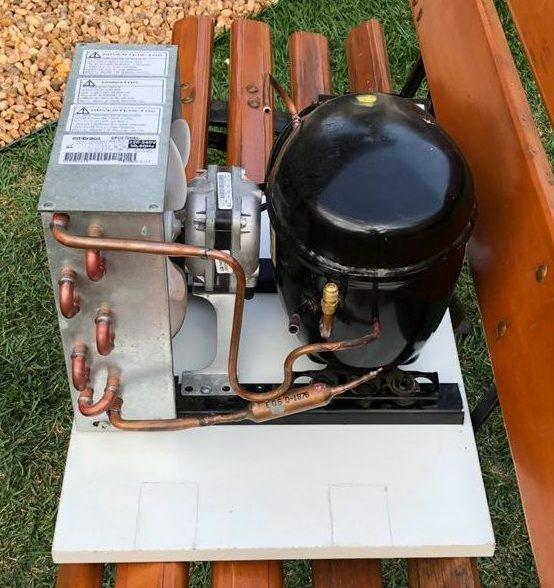 Unidade condensadoraparafusadana tampa da caixa do evaporador